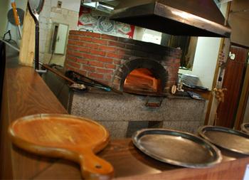 店内にはピザ焼き窯があります。熱々のピザを目の前で焼いてくれるのは嬉しい。