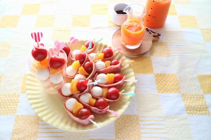 トマト、オレンジ、チーズをひと串にしたピンチョスは、ベーコンを巻いて塩味をプラス。特製のにんじんドレッシングのフレッシュな味わいは、野菜嫌いなお子さまにもおすすめです!ピンに刺す作業は、是非、お子さまと一緒に!楽しみながら作れる一品です。
