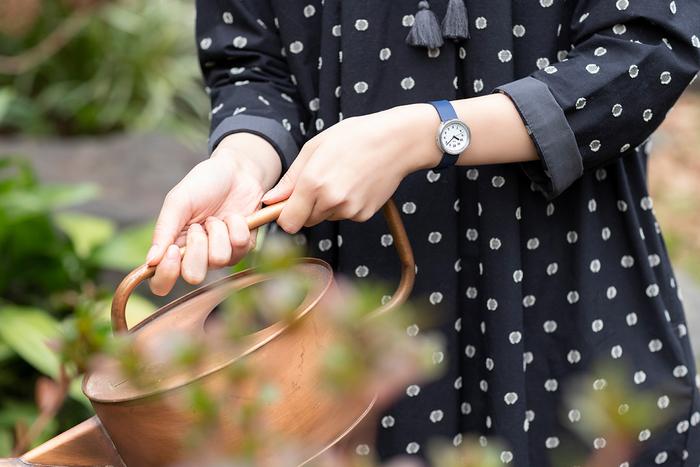 春の訪れを感じ、庭に生える草花の手入れをはじめる。ときに面倒に感じる家仕事も、レトロ和モダンな腕時計を着けるとモチベーションが上がることに気がつきます。昔の人たちは、きっとこんな時間を過ごしていたのかな……。ネイビーのベルトとシルバーメタルの組み合わせは、クラシカルな和のイメージで丁寧な暮らしのシーンによく馴染みます。