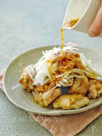 はちみつとマスタードの合わせダレが食欲をそそるレシピ。スライスした新玉ねぎがさっぱりとして、ハニーマスタードソースとよくマッチします。むね肉は片栗粉をまぶしてジューシーに焼き上げるのがコツ!