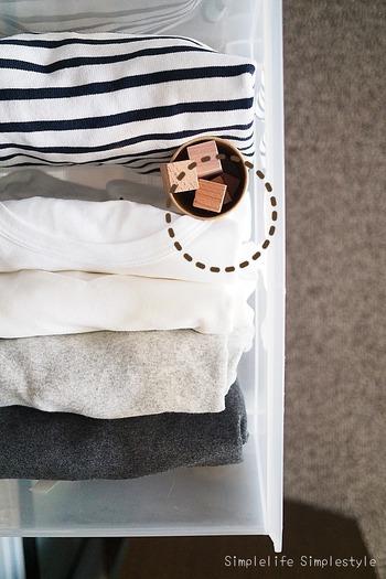 衣装ケースのスキマに入れるのもおすすめ◎収納方法に合わせて置き方を工夫してみてくださいね。木の香りが弱くなったときには、紙やすりでこすると復活するのだそう♪  ただ、衣装ケースに衣類を詰め込みすぎるのはNGです。収納物の間に風が通るように、適度に間隔をあけながら収納するようにしましょう。