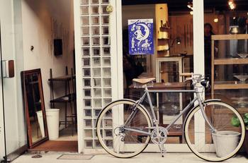 また、金沢のおしゃれスポットといわれるように、ギャラリー、雑貨店、古本屋、セレクトショップ、カフェなど、素敵なお店が並んでいます。古美術品・骨董品を扱うお店や画廊のある喫茶店など、個性的なお店をめぐるのも楽しみのひとつ。掘り出し物を探しに出かけましょう♪