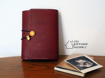 栃木レザーを手縫いして丁寧に時間をかけて作られた、ハンドメイド母子手帳・通帳ケース。日本で最高級とも言われている牛革の栃木レザー1枚革を贅沢に使用しており、ボタンで留めるシンプルで長く愛用できるデザインです。