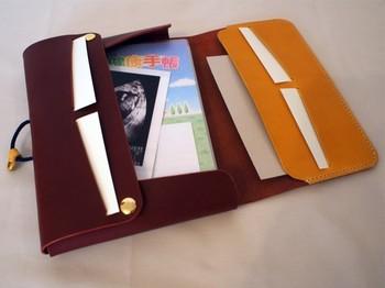本体・フタの内側のレザーはともに10色からお好きな色を選べますよ♪収納は、カード入れ×4、母子手帳など厚みのあるものを入れられるフリーポケット×1、エコー写真など薄いものを挟めるフリーホルダー×1と、必要なものを入れることができて便利です!