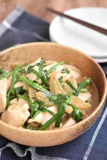 とろとろに煮た大根と鶏むね肉のやさしい味わいの煮物。にらの香りがアクセントになって食欲をそそります。大根を先に煮て、鶏むね肉を後から入れることでお肉がやわらかく仕上がります。