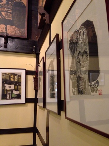 時間が止まったかのようなレトロな店内には、地元作家による大小さまざまな版画作品がズラリ。ポストカードなどの雑貨も置かれています。
