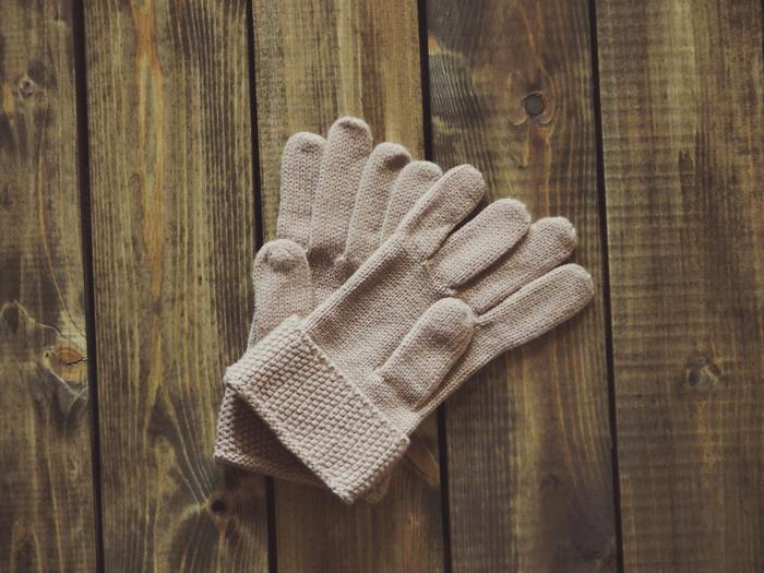 マフラーや手袋などの小物は、バラバラになってどこにあるかわからなくならないように、それぞれセットにしてまとめて収納しましょう。専用の収納ボックスを作る、透明袋や洗濯ネットなどに一度まとめてから衣類と一緒にしまうなど、取り出し時にわかりやすいよう工夫してみましょう。防虫面も対策しておくことが大切。シートタイプの防虫剤で包んでからしまう方法もありますよ。
