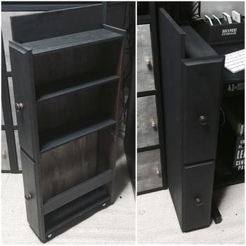 タンスの引き出しを抜いてしまってオープンな収納棚として使うアイデアをご紹介しましたが、いらなくなった引き出しは、こんなふうにDIYしてみてはいかがでしょうか?ふたつ縦に連結すれば、すき間にぴったりな収納棚になります。目からうろこの使い方ですね。