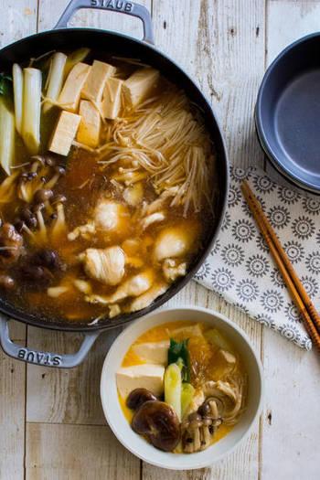 牛肉を使うすき焼きはカロリーが高そうなメニューですが、こちらは鶏むね肉を使っているのでヘルシー♪むね肉は薄くそぎ切りにするので食べやすいのも特徴です。火を通し過ぎず、やわらかく仕上げていただきましょう。
