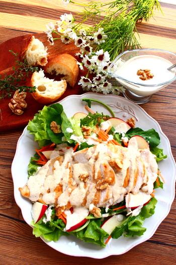 野菜の上にグリルチキンを乗せていただく、食べ応えたっぷりなサラダ。ハーブを入れた下味用の調味料にしっかりつけて、香り高いグリルチキンを焼きましょう。サラダながらもボリュームがあって食べ応え抜群です。