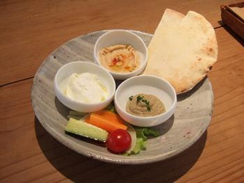 安全でおいしい野菜を使ったフードメニューたち、中でもオススメは、レバノン料理のホモス(ひよこ豆のディップ)、ババガヌーシュ(焼きナスのディップ)、ラバン(ヨーグルトチーズのディップ)などを組み合わせて、ピタパンを添えたワンプレートディッシュ!人気のホモス(フムスと呼ぶこともあります)を使った体が喜ぶメニューです。また、各展示とコラボした展示期間だけのフードメニューが楽しめることも。美味しいドリンクやフードをお供に、気軽にアートを楽しむことができます。