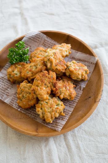 鶏むね肉と豆腐という2大ヘルシー食材を使ったナゲット。むね肉はみじん切りにするので子供でも食べやすくなります。生パセリのみじん切りも加えて味わいにアクセントが生まれ、鶏肉の臭み消しにも役立ちます。