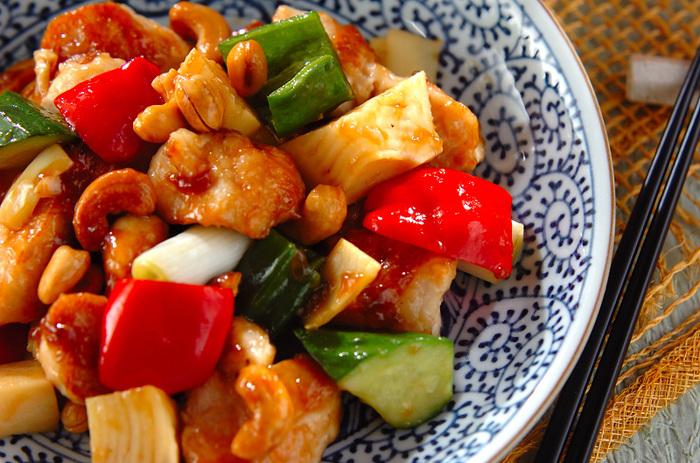 彩り豊かな野菜がゴロゴロ入った中華風炒め。タケノコやキュウリなどにカリカリのナッツが入って食感が楽しい一品です。栄養満点で食べ応えもバッチリ。