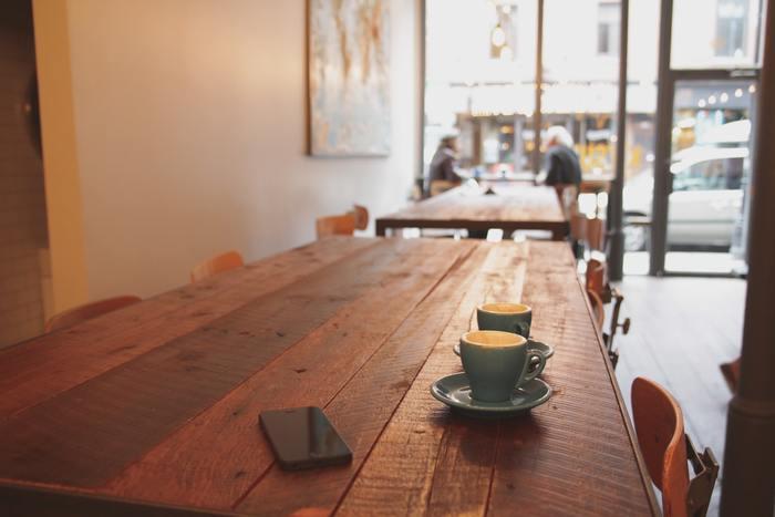 """いかがでしたか?ギャラリーカフェって、案外たくさん身近にあるものなんです。かつてのギャラリーのイメージって、どこか高級なイメージで、なんとなく足を踏み入れるのを躊躇してしまうような雰囲気があったと思います。でも、今回ご紹介したカフェたちは、""""アートをもっと身近に感じて欲しい""""という願いから誕生したお店ばかり!きっとあなたにとって、素敵なアートとの出会いが待っているはず…"""