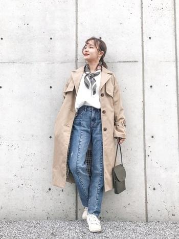センタープレスのハイウエストデニムは、レトロなデザインが逆に新鮮。トレンチコートやスカーフと組み合わせると、春らしさがUPします。