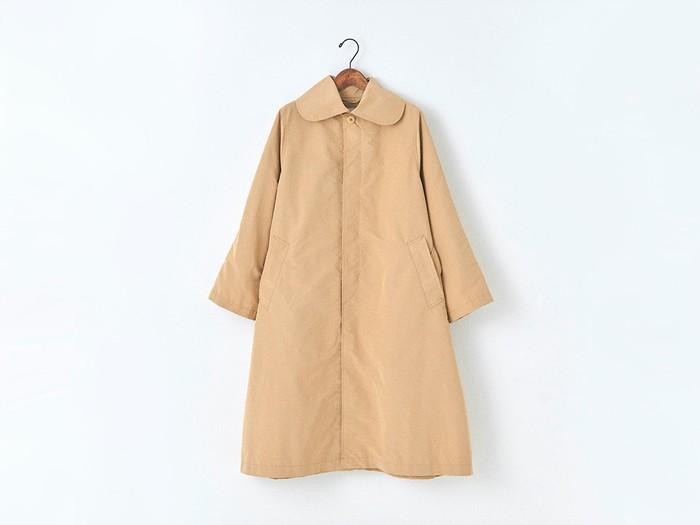 ビッグシルエットのトレンドをおさえつつも、ずっと着られるシンプルなAラインのラウンドカラーコート。 トップボタン以外はボタンが隠れるフライフロント仕様。閉めてすっきりみせても、ボタンを開けてさらっと羽織るのもどちらも可愛く着こなせる一枚。