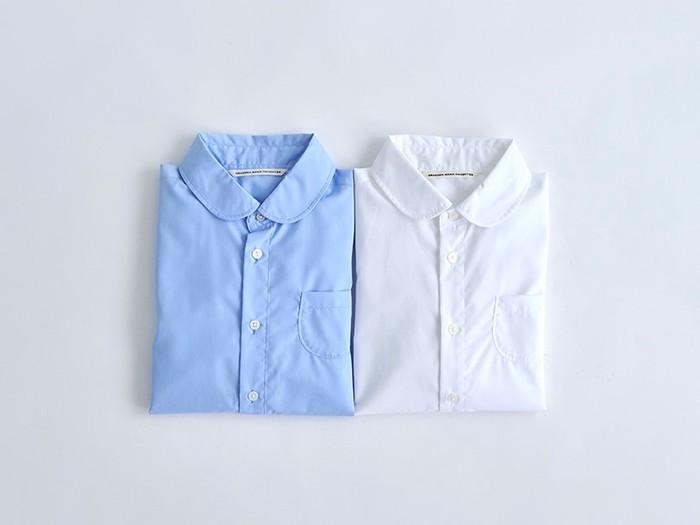 ブランド代表アイテムでもある、丸襟シャツ。 パリっとした素材感ですが、丸襟と小ぶりな胸ポケットで柔らかい印象に。ランダムで配置された貝ボタンにも一工夫されており、着る度に優しい気持ちになれるアイテム。カラーはブルーとホワイトの2色展開です。