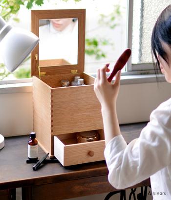 こちらは、国産のナラ材を使用し、職人の手で一つ一つ作られたメイクボックス。時を重ねるごとに、風合いも増し色合いも奥深くなっていく…そんな「育てる」楽しさがあるのも、木製のメイクボックスならではです。ボックスには鏡もついているため、思い思いの場所でメイクを楽しむことができます。