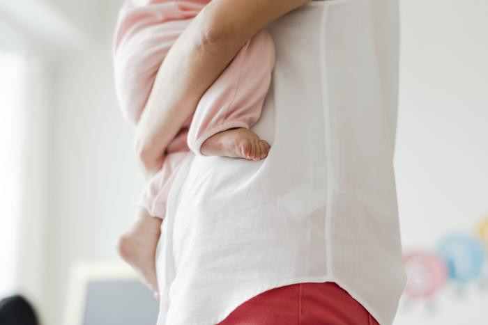 「⼦宮頸がん」は、若年層でも罹患してしまうことから、とても感⼼度が⾼い婦⼈科疾患。2015年の厚⽣労働省の報告によると、⼦宮頸がんの罹患率は、74⼈に1⼈の確率。は20〜30代を中⼼に増加しており、とても⾝近ながんのひとつとなっています。  ⼦宮頸がんの検査は、20歳以上が受診対象となっています。⽅法は「問診→視診(内診)→細胞診」の順番。⼦宮頸がんも、早期発⾒が治療、完治の⼤きな⼀歩になります。まずは、気軽に検診を受けてみましょう。
