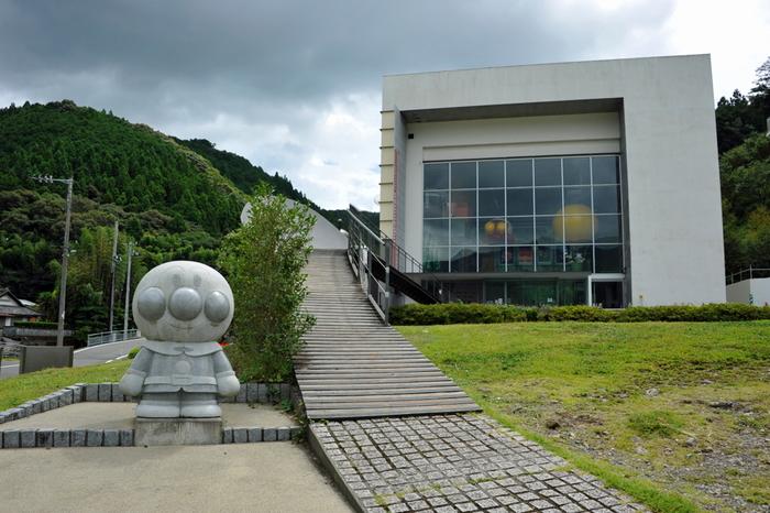 アンパンマンの原作者やなせたかしさんのふるさとである高知県香美市に「香美市立やなせたかし記念館」があります。子供たちが大好きなアンパンマンの世界がたっぷり楽しめるミュージアムです。館内はパン工場をはじめ、アンパンマンの住む世界を立体的に表現した「アンパンマンワールド」もあり、大人から子供まで楽しめます。