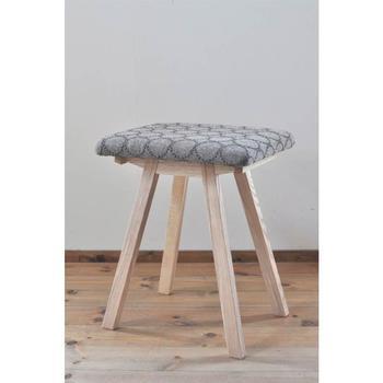 こちらの椅子は、デンマークのテキスタイルメーカーkvadratとミナペルホネンのコラボのファブリックを使用しています。