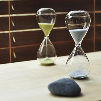 美しいオブジェのような砂時計。アート作品でありながら、機能も兼ね備えています。 砂時計が落ちる様子も、まるでアートの一部の様です。