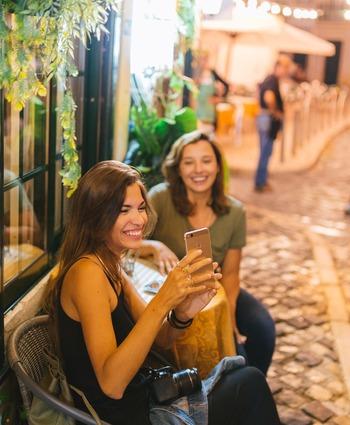 口角を上げる定番ワードの「ウイスキー」。実際に言葉を口に出さなくてもいいので、最後の「イー」で笑顔をキープしてみて。 足立佳奈さんの歌「笑顔の作り方~キムチ~」では、笑顔になるために「キムチ」という言葉が効果的だと歌われていますね。確かに「キムチ」でもいいですね!