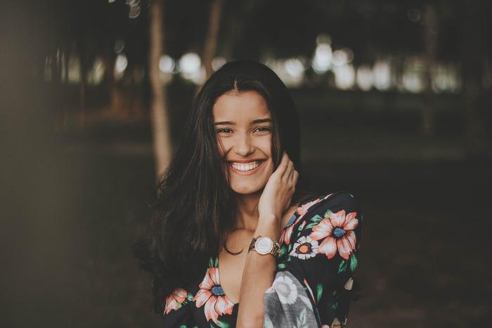 笑顔の基本は、口角を上げること。当たり前にできそうでいて、口角をキュッと綺麗に上げる表情は意外にできていない人も。鏡を見て口角が下がっているなと感じたら、早速このあとご紹介するエクササイズを試してみてください。