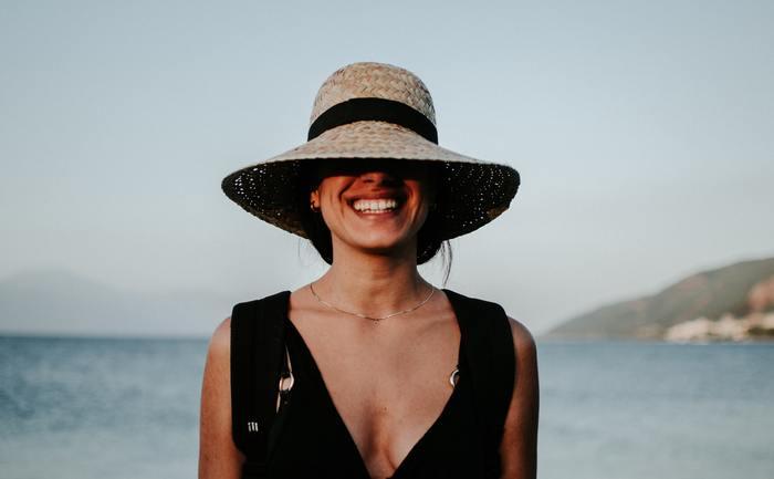 一般的には上の歯を6~8本見せると綺麗な笑顔が作れると言われています。下の歯まで出すように口を開くと口角が下がってきてしまいます。口角は上げたままで歯を見せて笑ってみましょう。