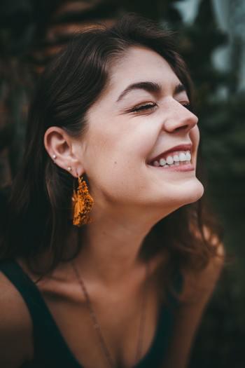 笑顔は脳の働きも活性化させていきます。無表情でいるよりも、笑顔で過ごしていたほうが集中力や記憶力を高めていけるはず!