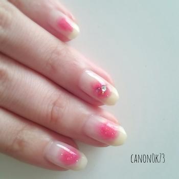 チークみたいにふわっと滲むピンクが愛らしい印象。クリアカラーのストーンをアクセントに。