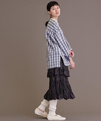 デザイン性の高いアイテムを巧みに組み合わた、モード感たっぷりの装い。フリルをあしらったボリュームスカートには、肉厚なレギンスが好バランスです。