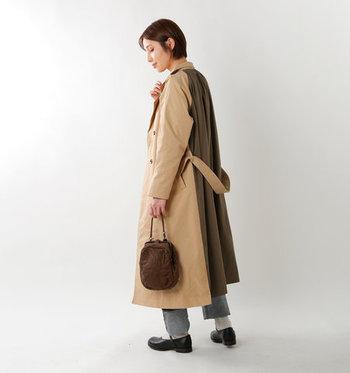 前後で異なる素材を用いたバックシャンな一着。前は適度なハリがあるトレンチ素材、後ろは柔らかいコットン生地になっています。