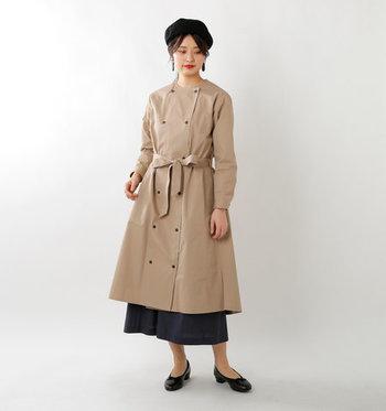 最後にご紹介するのは、上品な「トレンチ風」のコート。高密度で織られた生地を採用しているため、絶妙なハリ感を堪能できます。