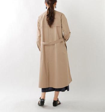 バックはシンプルなつくりで、商品名にあるとおり「シャツワンピース」のように着られるデザイン。サイドには少し深めのスリットも。