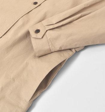 シックなデザインを邪魔しないシームレスポケットつき。袖口にはカフス、さらにはタックも入っていて、細部にまでこだわりが詰まった逸品です。