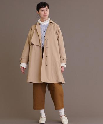 前を開けて着るスタイルもおすすめ。ベルトを締めたときとはまた違う、緩やかなAラインシルエットが楽しめます。中に着るものをミニマルにして、あえてコートを主役にするスタイリングもGOOD!