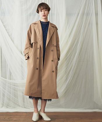 大きめのサイジングと濃いめのベージュが印象的。きちんと着るよりも、バサッと着流すのがサマになるトレンチコートです。