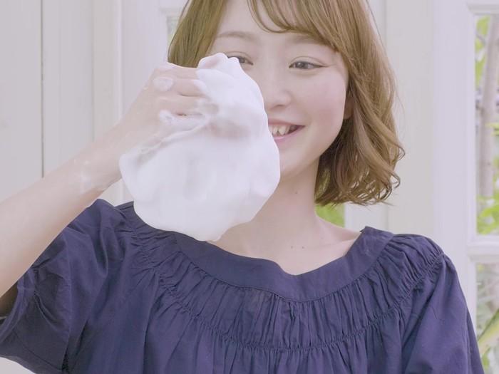 濃密なもこもこ泡は、いつも使っている洗面器とナイロンタオルがあれば、誰でも簡単につくることができます。素手洗いで全身泡に包まれるリッチ感を体験してみてはどうでしょうか。公式サイトでは、濃密泡のつくり方を動画で説明してくれているのでぜひチェックしてみてください。