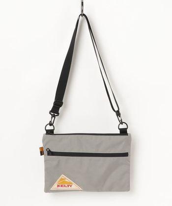 三角ロゴがかわいい、老舗アウトドアブランドのケルティ。リュックからポーチまで、さまざまなタイプのバッグは、カラーバリエーションが豊富なのも魅力。こちらは、比較的厚めの生地をつかった、しっかりめのサコッシュです。