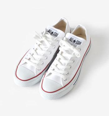 初めてスニーカーを買う方におすすめしたいのが「白スニーカー」。高さのないローカットタイプでキャンパス地のモノだとどんなコーデにも馴染みやすくおすすめです。爽やかな印象の白スニーカーは、コーデに軽さと春らしさをプラスしてくれるワードローブに持っておきたい万能シューズです。