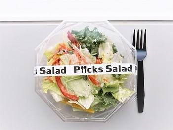 【朝市食堂しょう家】の朝市丼、サラダ専門店【ピックスサラダ】の新鮮野菜のサラダなど、お店も様々!朝市といっても8時頃からの遅めのオープンなので、ゆっくり身支度をしてでかけてみては?