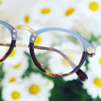 眼鏡ひとつひとつにストーリーが込められており、装飾なども、イメージぴったりにデザインされているんです。  例えばお花をテーマにした作品では、このように、両サイドにお花の飾りがきらり。着用して、鏡を見るたびに顔がほころんでしまいそう。  そんなこだわりとともに、ラインナップを見てみましょう。