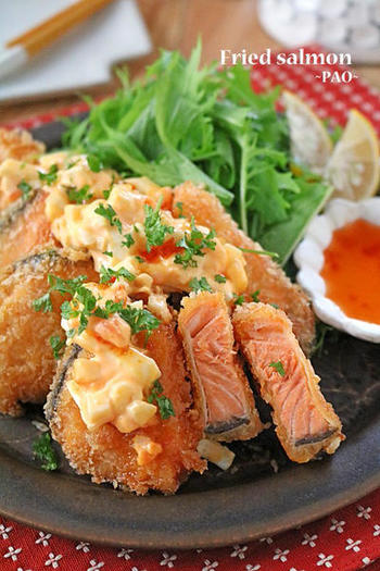 お肉のおかずに片寄りがちなお弁当。たまにはお魚のおかずも美味しいですよね…。サクサクの鮭フライは、勿論、そのまま食べても美味しいですが、特性のタルタルソースをプラスしてパンチのある鮭フライに!