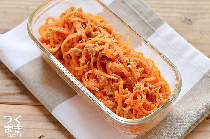 ごまの風味が美味しい、にんじんとツナを和えた一品。お酢を少し入れることで、さっぱりした食べやすい味付けに! 冷蔵庫に余りがちなにんじんを消費したい時や、あと一品欲しい時に、簡単に作れる副菜です。鮮やかなオレンジ色が美しいので、お弁当に入れるだけでパッと華やぎます。