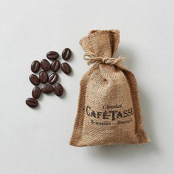 フランス語でコーヒーカップを意味する「CAFÉ-TASSE(カフェタッセ)」。ベルギー生まれのコーヒー風味のチョコレート。ころんとしたコーヒー豆の形そっくりなチョコレートが麻袋に入っています。