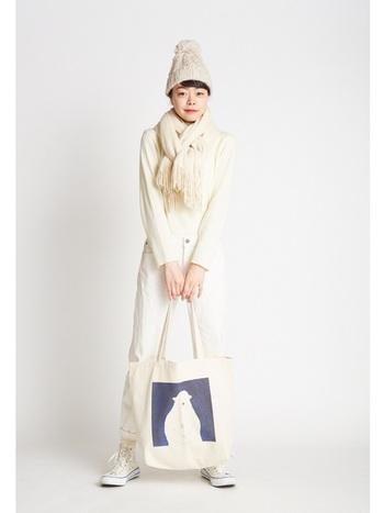 まだ寒さが残るこの時期は、ニット帽とマフラーでしっかり防寒。クマさんのイラストが入ったトートバッグをポイントに。