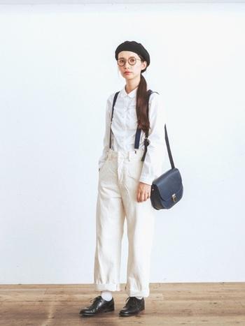 ベレー帽にサスペンダー、フラップバッグにレースアップシューズ…。何気ないシャツとパンツの組み合わせも、紳士風の小物でクラシカルに変身。