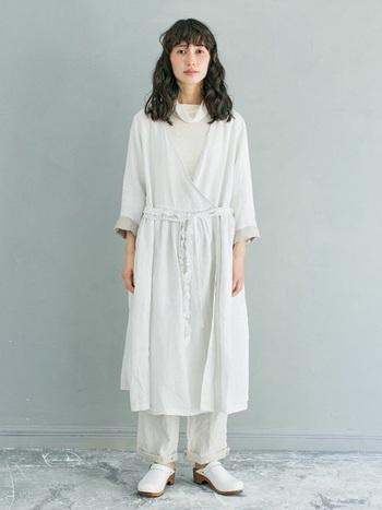 女性らしいラップ風ワンピースにパンツをレイヤード。重たく見えがちな重ね着スタイルも、ホワイトが主役ならグッと軽快な仕上がりに。