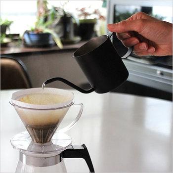"""一杯分の美味しいコーヒーが、誰でも簡単に淹れられる""""one drop pote(ワンドロップポット)""""。細口の湯口から一定のお湯を注ぐことができます。 直火にはかけられないので、ケトルで沸かしたお湯を注いで使います。お湯を移しかえることで、抽出に最適な温度になるように設計されています。"""